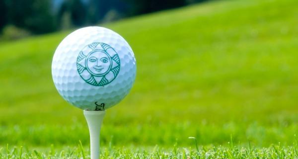 Golf spielen und dabei Gutes tun