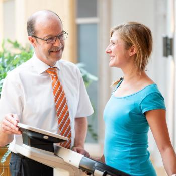 Arzt und Physiotherapie im Hotel